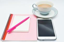 Sperren Sie Notizbuch und Gläser und Schale des Schokoladengetränks ein stockfoto