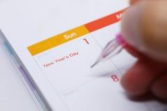 Sperren Sie Schreibensarbeitsplan auf Tischplattenkalender vom 1. Januar 2017 ein Stockfotografie