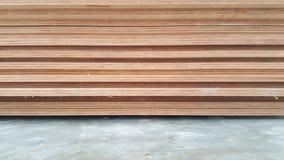 Sperrholz gestapelt auf konkretem Boden Stockfotos