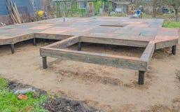 Sperrholz wird auf den Boden, in einem Haus auf Pfahlgründung gelegt Lizenzfreie Stockfotos