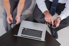 Spese generali dei colleghi che per mezzo del loro telefono cellulare Fotografie Stock