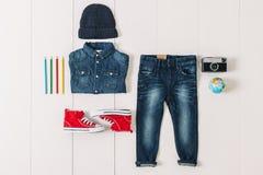 Spese generali del ragazzo dei pantaloni a vita bassa degli elementi essenziali Fotografia Stock