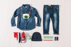 Spese generali del ragazzo dei pantaloni a vita bassa degli elementi essenziali Fotografia Stock Libera da Diritti