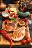 Spese generali della tavola di cena Arrostito delizioso assortito mi arrostisce col barbecue Immagine Stock