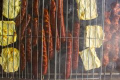 Spese generali delle salsiccie e del formaggio di halloumi sul primo BBQ fotografia stock