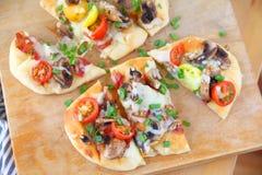 Spese generali di pizza naan sul tagliere Fotografia Stock