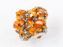 spessartine在白色的石榴石宝石水晶  库存图片