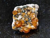spessartine宝石未加工的水晶在黑暗的 免版税库存照片