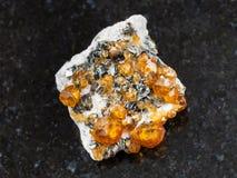 spessartine宝石水晶在黑暗的 库存照片