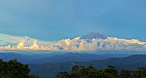 Spets av Mount Kinabalu med havet av molnet Royaltyfri Fotografi