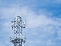 Spets för antenntorn med blå himmel Royaltyfri Bild