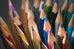 Spetsar av vertikala kulöra blyertspennor royaltyfri bild