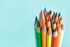 Spetsen av de kulöra blyertspennorna på pastellfärgad bakgrund arkivfoto