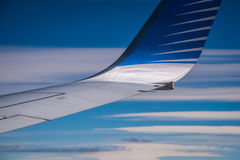 Spetsen av vingen av nivån mot den blåa himlen Shevelev Royaltyfri Bild