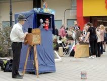 Spettacolo di burattini dell'a mano organo della via Fotografia Stock