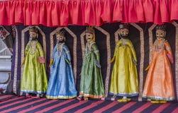 Spettacolo di burattini sulle vie dell'India - il ballo di Kathputli fotografia stock