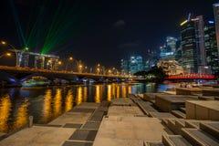 Spettacolo di luci alla notte sulla baia del porticciolo Immagine Stock Libera da Diritti