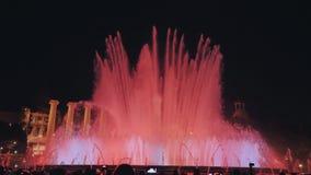 Spettacolo di luci magico della fontana alla notte accanto al museo nazionale a Barcellona stock footage