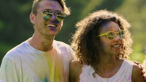 Spettacolo emozionale degli adolescenti emozionanti felici, moto supplemento-lento di festival stock footage