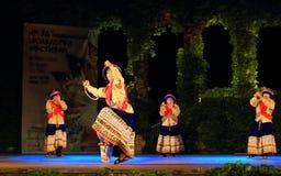 Spettacolo peruviano spettacolare del gruppo di ballo di folclore Immagini Stock