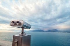 Spettatore binoculare accanto alla passeggiata della riva Fotografia Stock