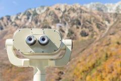 Spettatore binoculare con bello paesaggio Immagine Stock