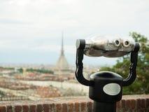 Spettatore binoculare a gettoni accanto alla città di Torino Fotografia Stock
