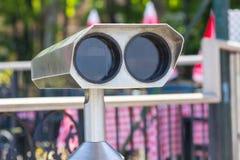 Spettatore binoculare a gettoni accanto alla passeggiata della riva a Adalia che guarda fuori alla baia ed alla città Fotografie Stock Libere da Diritti