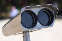 Spettatore binoculare a gettoni accanto alla passeggiata della riva a Adalia che guarda fuori alla baia ed alla città, primo pian Immagini Stock