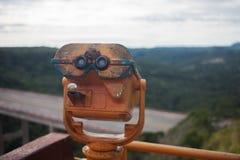 Spettatore binoculare a gettoni accanto alla passeggiata della riva Paesaggio con, mare e montagne Fotografie Stock Libere da Diritti