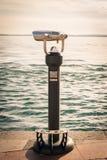Spettatore binoculare a gettoni accanto alla passeggiata i della riva Fotografia Stock Libera da Diritti