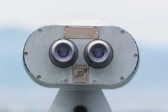 Spettatore binoculare a gettoni che guarda fuori per abbellire con il bea Fotografia Stock