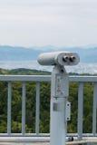 Spettatore binoculare a gettoni che guarda fuori per abbellire con il bea Fotografia Stock Libera da Diritti
