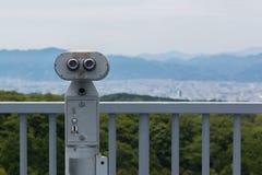 Spettatore binoculare a gettoni che guarda fuori per abbellire con il bea Immagine Stock