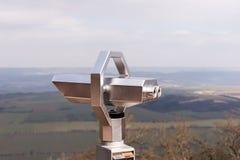 Spettatore binoculare a gettoni d'argento con paesaggio nei precedenti Immagine Stock