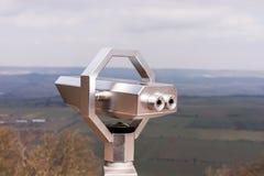 Spettatore binoculare a gettoni d'argento con paesaggio nei precedenti Immagini Stock Libere da Diritti