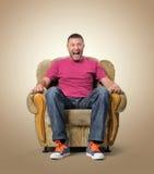 Spettatore maschio emozionale nella sedia. Fotografie Stock