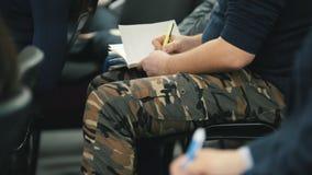 Spettatori al seminario - studenti o uomini d'affari ad una conferenza o ad una presentazione, officina, classe matrice - penne e video d archivio