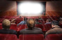 Spettatori in corridoio del cinematografo con il film Fotografie Stock