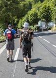 Spettatori del Tour de France di Le che camminano al passo du Tourmalet Fotografia Stock Libera da Diritti