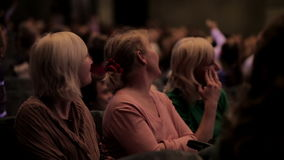 Spettatori femminili che guardano manifestazione