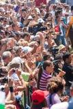 Spettatori fotografati sul festival di folclore in Bulgaria Fotografia Stock