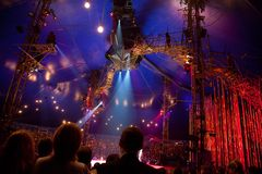 Spettatori sulla rappresentazione di Cirque du Soleil Immagini Stock