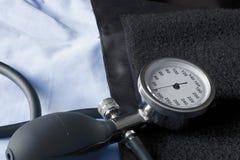 Spettrofotometro che indica la pressione sanguigna bassa disposta sul polsino pronto per essere usato Fotografia Stock