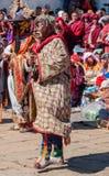 Spexa med maskeringen och kostymera i en traditionell festival i Bumtha royaltyfri fotografi