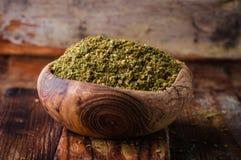 Spezia orientale mista - zaatar o zatar in ciotola d'annata su fondo di legno Fuoco selettivo Immagini Stock