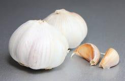 Spezia tradizionale del primo piano del mercato della lampadina dell'aglio Bio- verdure naturali fotografia stock libera da diritti
