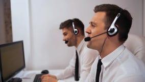 Spezialist der technische Unterstützungs zwei, der mit Kunden durch Kopfhörer spricht stock video footage