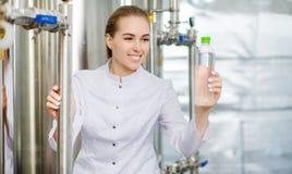 Spezialist mit Flasche reinem Wasser Lizenzfreie Stockfotos