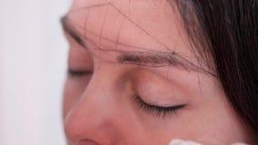 Spezialist zeichnet symmetrische Augenbrauen, Nahaufnahme 4K langsames MO stock footage